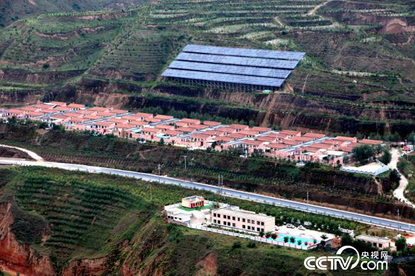 新建了56户统一规划的新农村院落,村小学更是村里最漂亮的建筑。(王甲铸/摄)