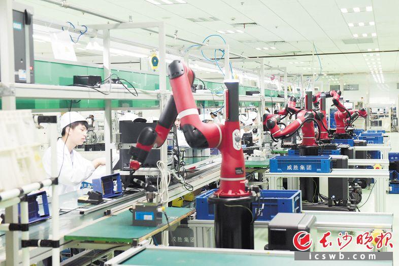 ↑今年以来,长沙高新区着力以智能制造统领产业升级、企业做强、科技创新。图为威胜控股有限公司整齐有序的智能机器人生产线。     杨芸 供图