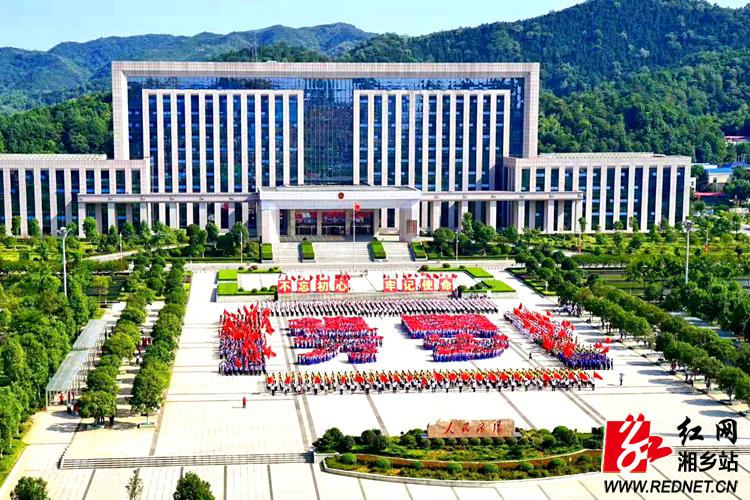 湘乡4300多人上演大型闪唱 献礼中华人民共和国成立70周年