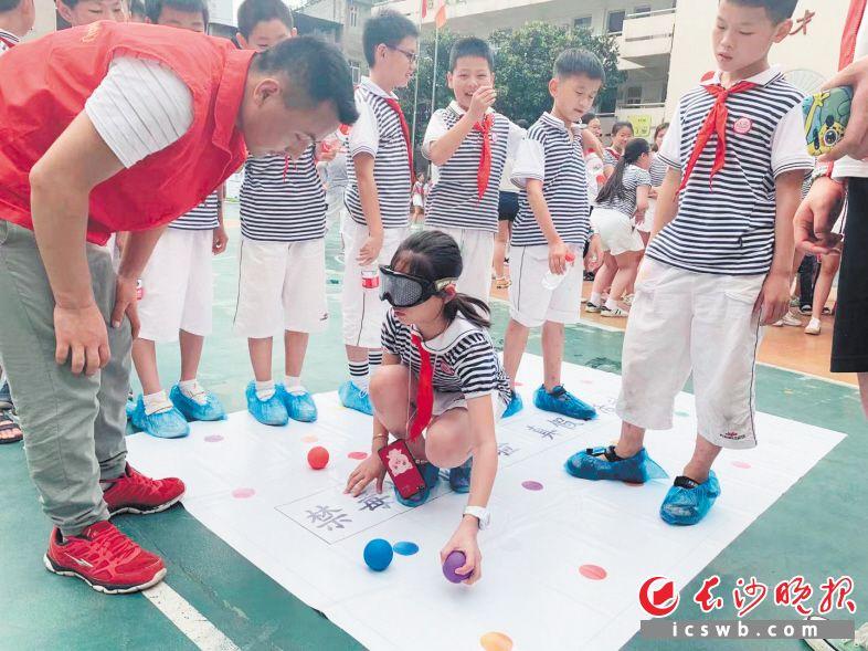 社区通过禁毒小游戏,让孩子们在玩乐中了解毒品危害。 张念琪 摄