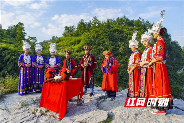 湘西的神奇秀美的山水,孕育着独特的民族文化,作为土家族、苗族及其他少数民族的集聚地,经过千百年沉淀,这里形成了一大批非物质文化遗产。摄影/陈爱民
