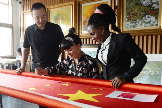 Changsha Entrepreneur Presents Hunan Embroidery National Flag in Africa