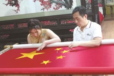 Returned overseas Chinese artist embroiders a national flag
