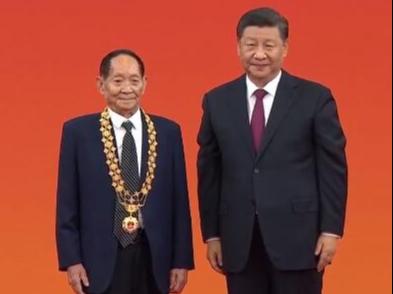 """激动人心的现场:袁隆平获颁""""共和国勋章"""""""