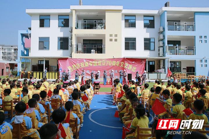 张家界民族实验幼儿园举行庆国庆文艺演出