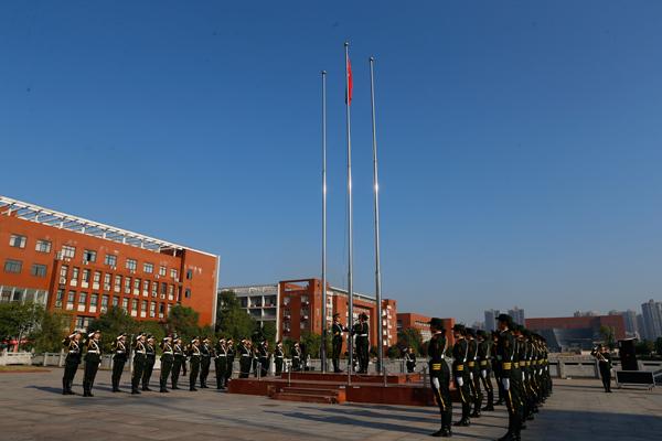 湖南工业大学师生升国旗收看阅兵式 表白伟大祖国