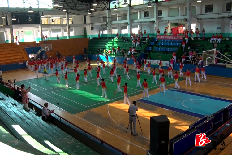 柔力球展演: 舞出健康自信   真情献给祖国