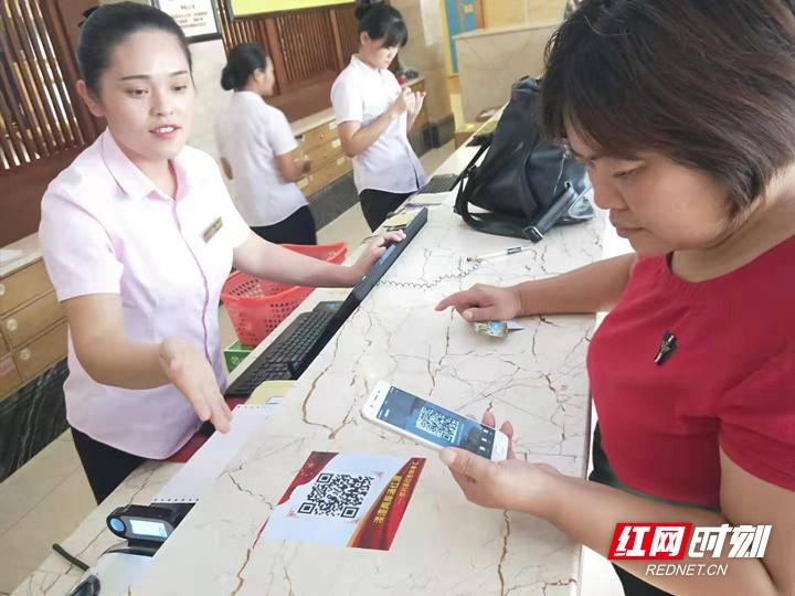 万福温泉党支部在高速路口、酒店各前台分别以展板、二维码的形式向游客宣传慈利红色故事,旨在更好传承革命精神,感悟红色文化。.jpg