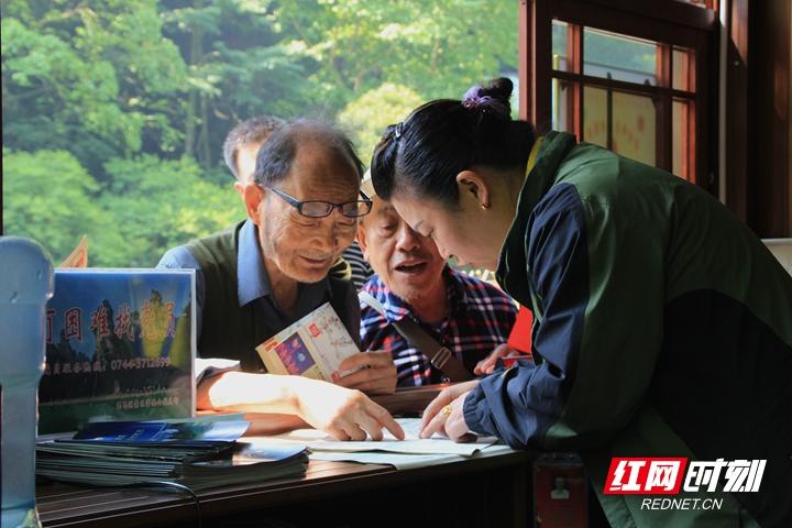 张家界武陵源核心景区党员坚守岗位,服务游客.jpg