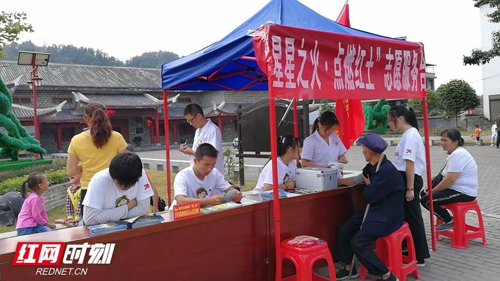 贺龙纪念馆志愿者为游客贴心服务.jpg