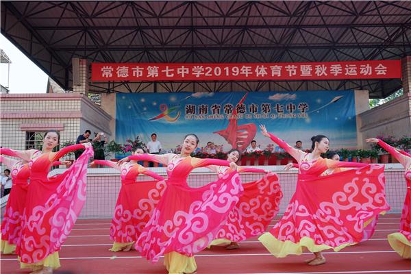 学生表演舞蹈《我和我的祖国》.JPG