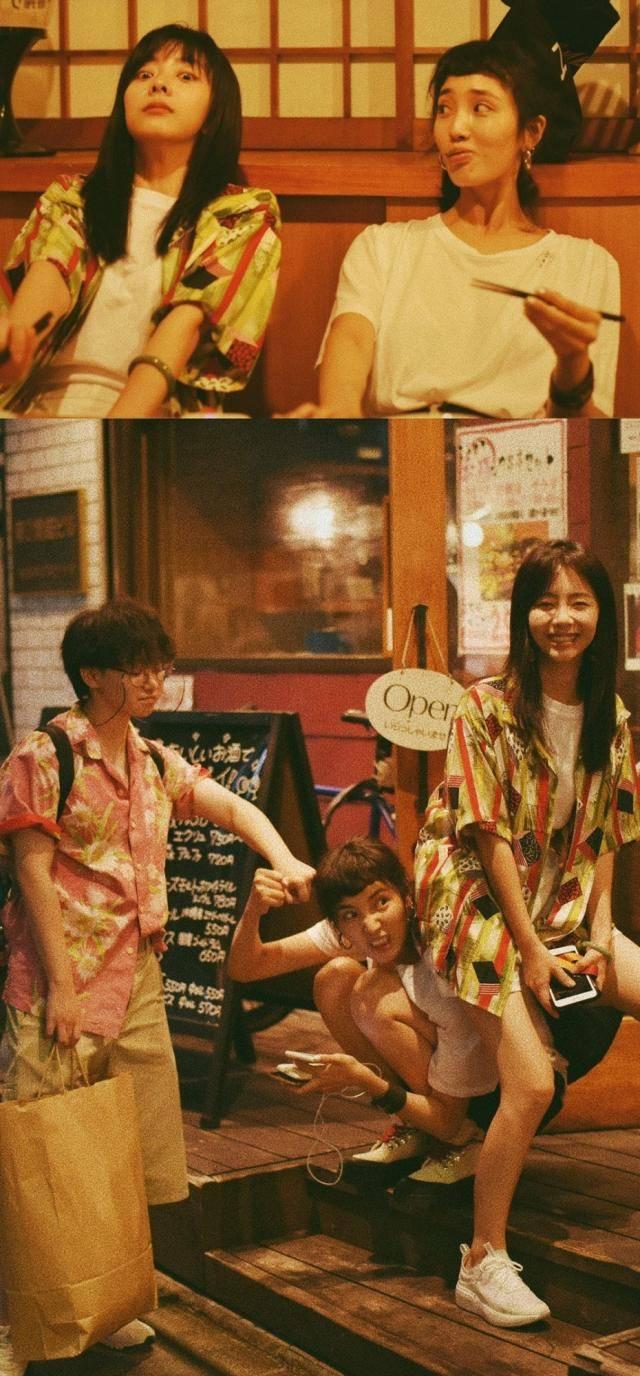 谭松韵随性的穿梭在日本街头,或倚靠围栏,驻足远望,神情闲适;或直视镜头,笑容甜美动人;或是和好友搞怪互动,惹人发笑。