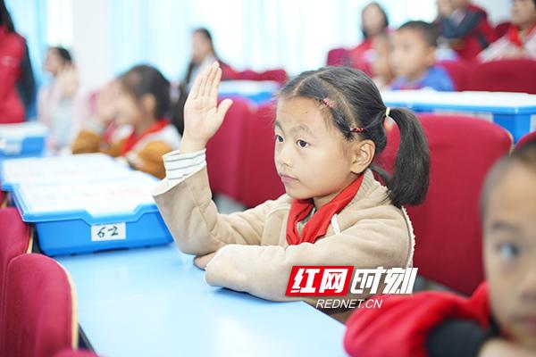 学生们认真听课,积极回答老师的提问。