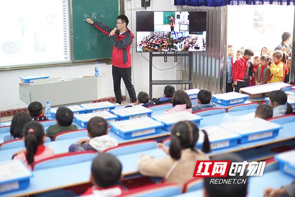 科技课程授课。
