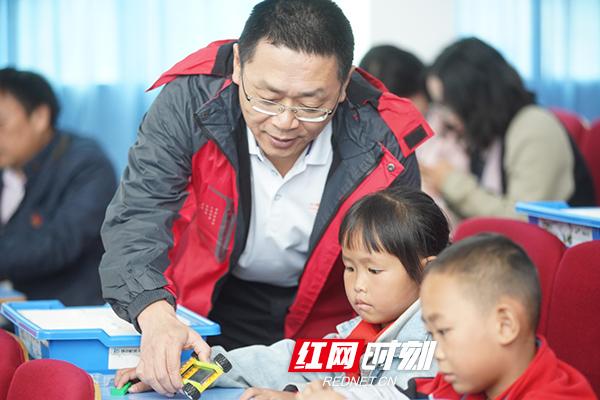 平安人寿湖南分公司领导和学生进行互动。