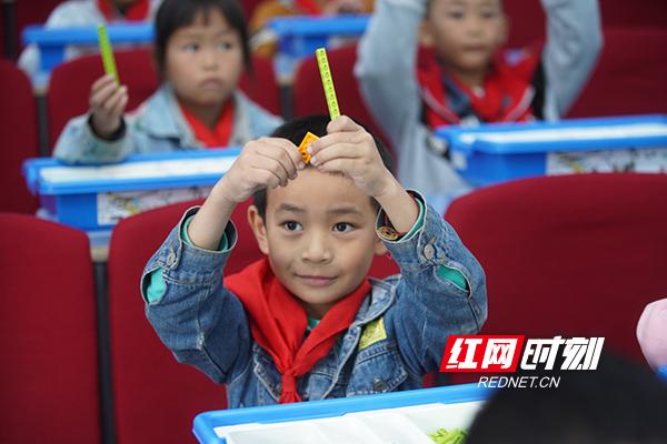 同学们跟着老师进行操作。