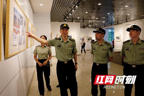 (姚树林 摄)军分区领导翁副司令员观展 (2)_副本.jpg