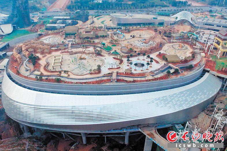 湘江欢乐城冰雪世界预计年底具备开园条件。