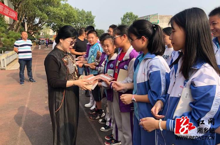 弘扬书法的力量 著名书法家邓凌鹰为名民学子捐赠字帖