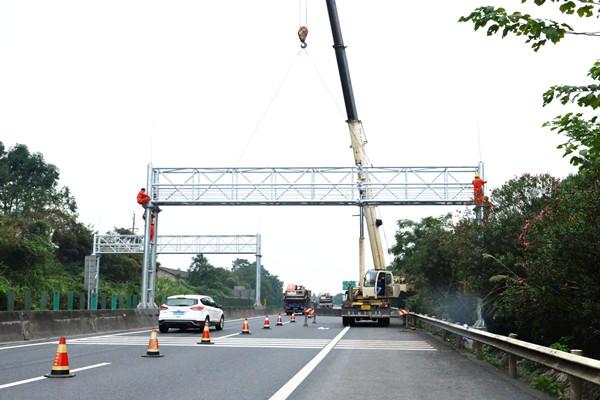 郴州境内高速94套ETC门架全部吊装完工