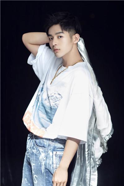 照片中,潘宥诚身穿银色上衣,牛仔单宁长裤,搭配上吸睛夸张的配饰,又展现出他本人的另一面。