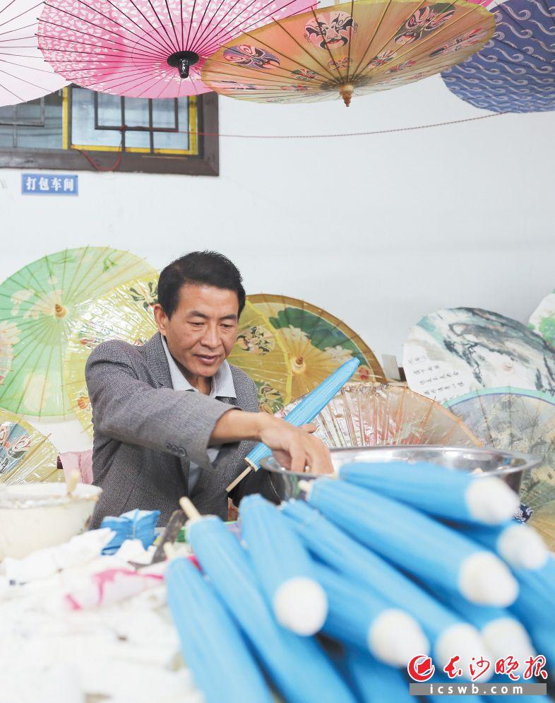 李忠国正在加工制作油纸伞。 长沙晚报全媒体记者 李广军 颜开云 摄影报道