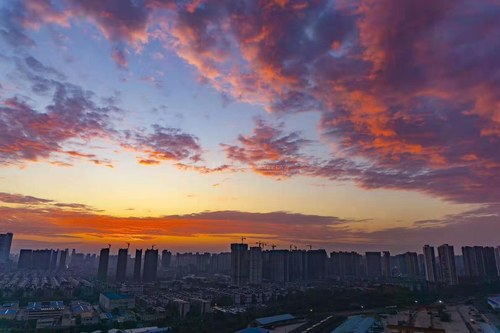 10月22日清晨,长沙朝霞满天,映红了半边天际,大自然鬼斧神功的雕琢如梦似幻。(图/吴非)