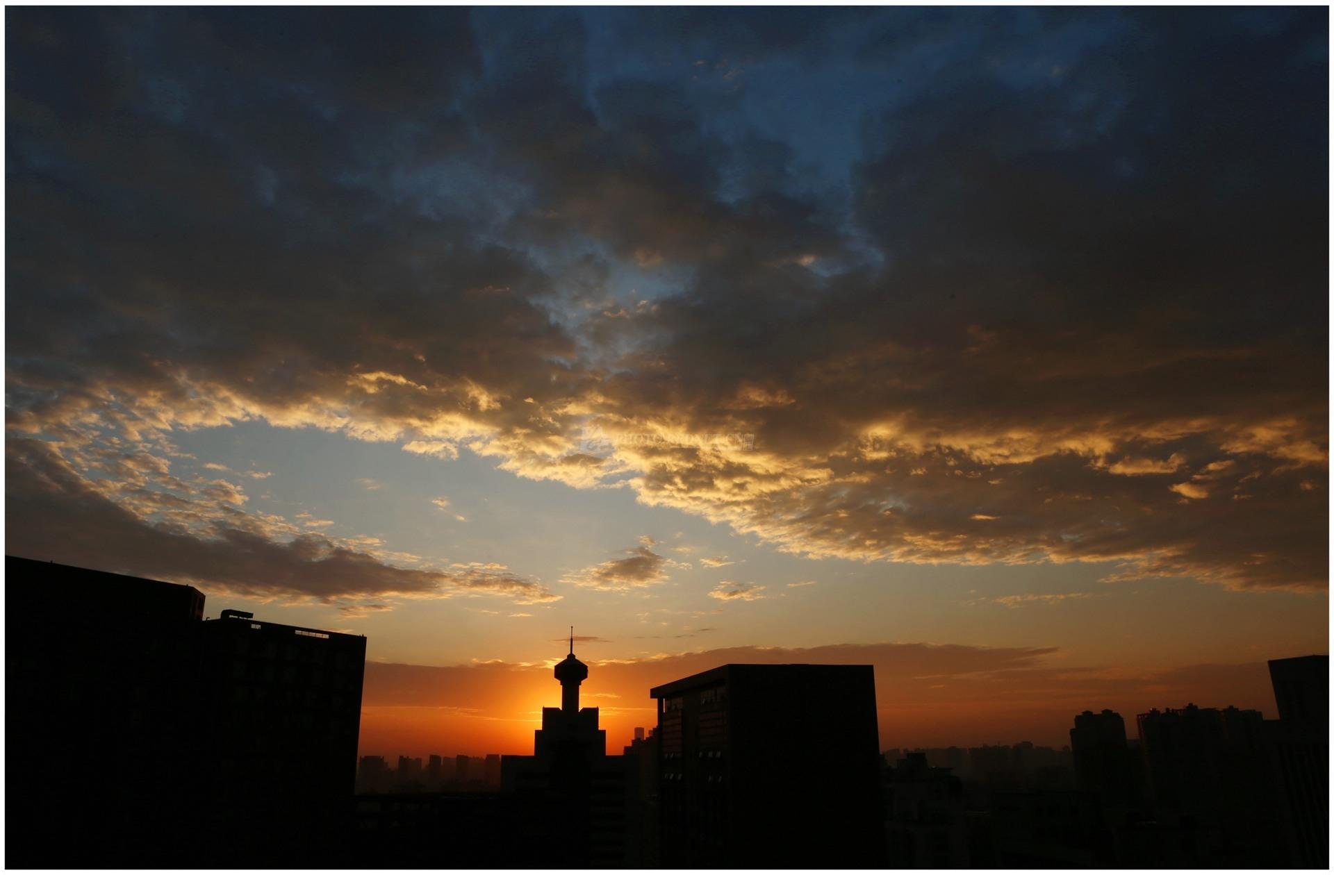 10月22日清晨,长沙朝霞满天,映红了半边天际,大自然鬼斧神功的雕琢如梦似幻。(图/彭定湘)
