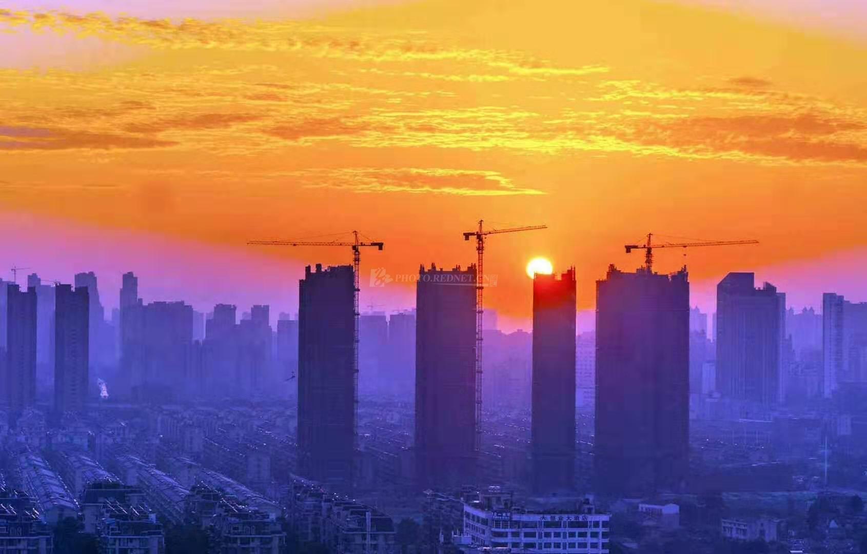 10月21日,金秋的长沙,红日东升,光芒万丈,大地辉煌。(图/吴非)