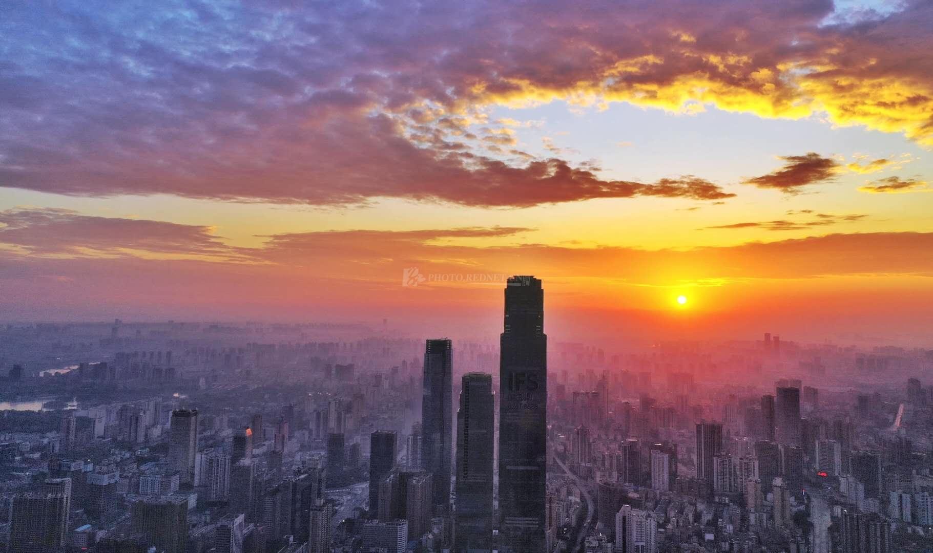 10月22日清晨,长沙朝霞满天,映红了半边天际,大自然鬼斧神功的雕琢如梦似幻。(图/彭福宗)