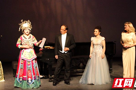 Hunan girl of Miao sings in Raleigh China Art Festival in the U.S.