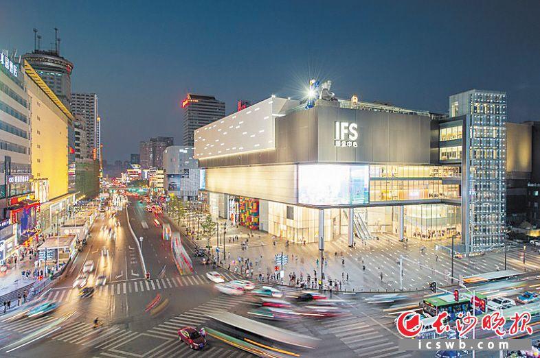长沙IFS让五一商圈更具国际范、潮流范,吸引众多市民游客前来打卡。长沙晚报全媒体记者 邹麟 摄
