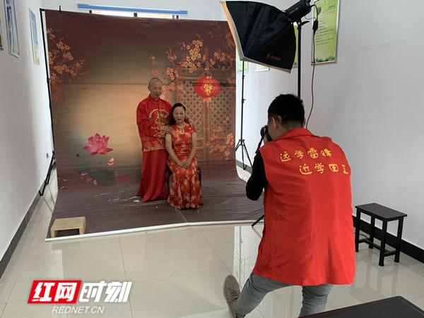 武陵區新建巷社區為老年夫婦免費拍婚紗照