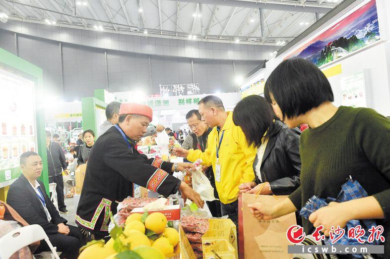 在农博会现场市民可以享受一站式农贸产品购物体验,在家门口将各地优质农副产品带回家。