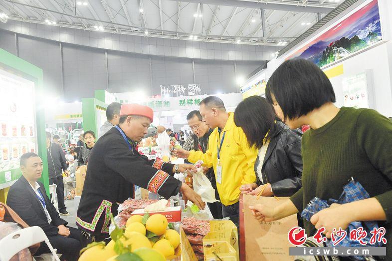 在农博会现场,市民可以享受一站式农贸产品购物体验,将各地优质农副产品带回家。长沙晚报全媒体记者 余劭劼 摄