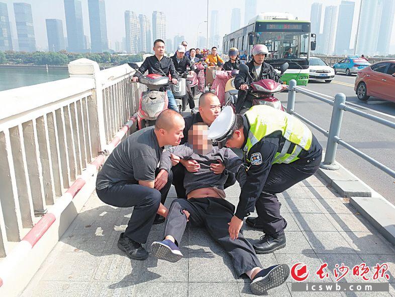 众人将老人营救回安全地带。交警供图