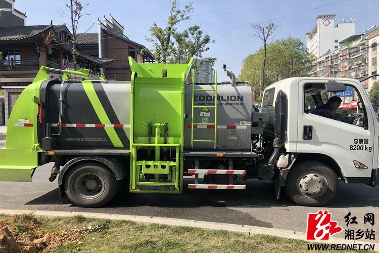 城管局:推进垃圾分类,餐厨垃圾收集车上岗