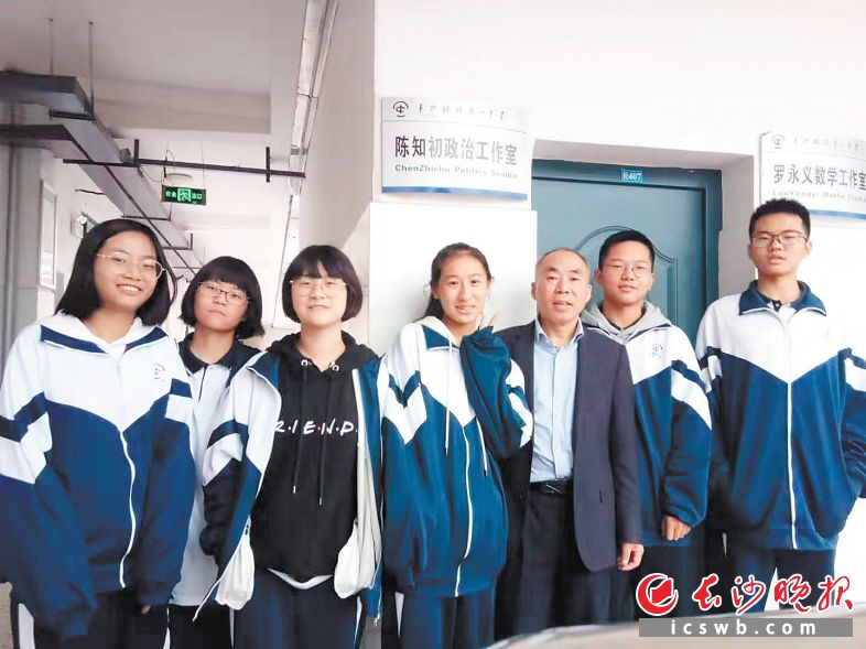 陈知初老师(右三)和学生在一起。受访者供图