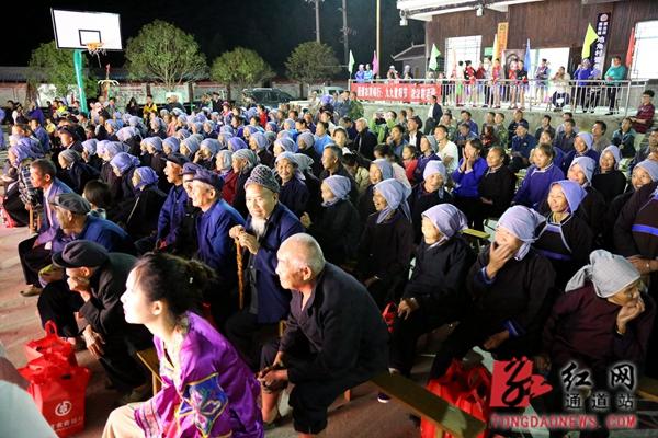 村民们认真观看表演.JPG
