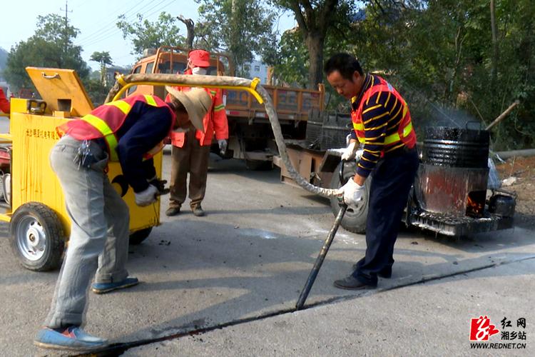 G320国道湘乡段清灌缝养护工程将于元旦前完工