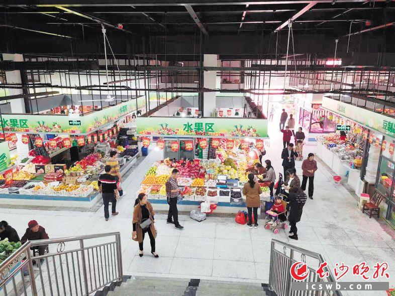 ↑望城区莲湖农贸市场提质改造后重新开业。均为长沙晚报全媒体记者朱华摄