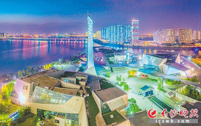 ↓浏阳河、湘江交汇处的滨江文化园是长沙标志性文化景观。