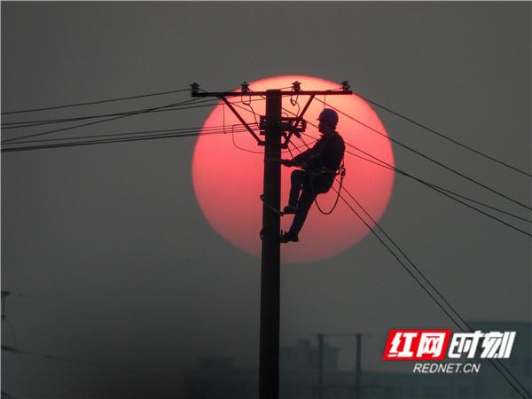 致敬電力守護者:美哉!夕陽下的勞動剪影