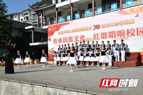"""武陵源区索溪中心学校举行""""传承民族文化,红歌唱响校园""""大合唱比赛"""