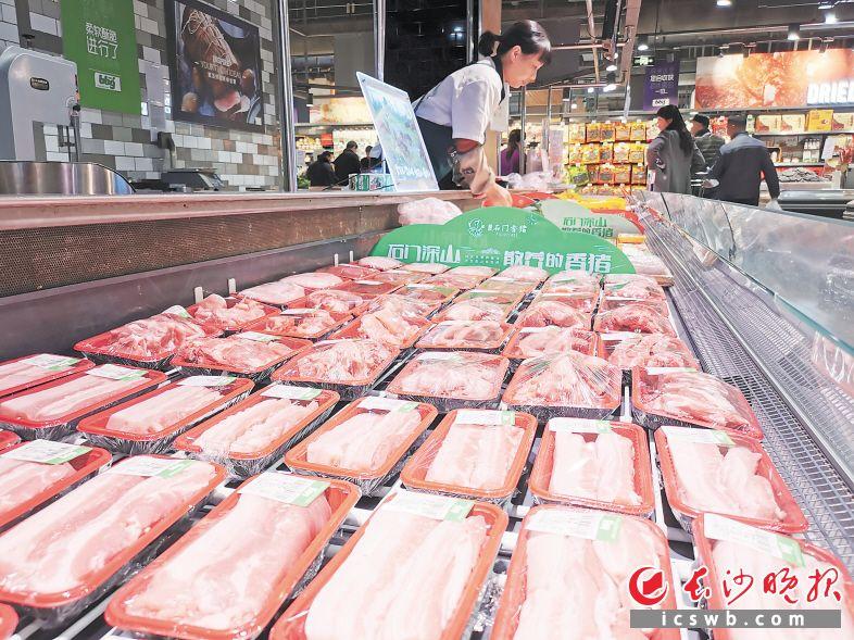 长沙市场猪肉价格出现下降趋势。图为步步高王府店猪肉销售区域。长沙晚报全媒体记者 刘捷萍 摄
