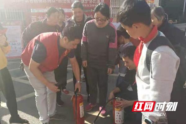 西龙村村民在现场使用灭火器进行灭火.jpg