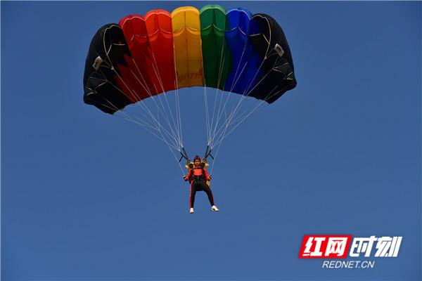 千米高空 他们是御风飞翔的跳伞少年
