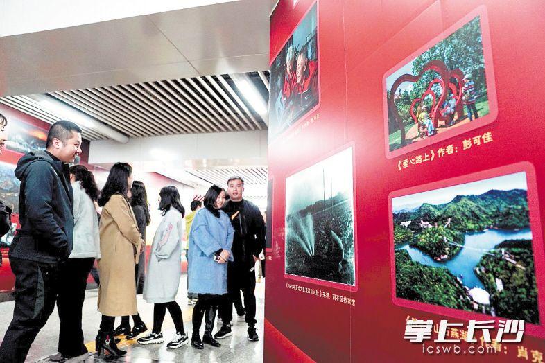 """记录雨花蝶变的""""70年影像长廊""""亮相地铁站厅,吸引市民驻足欣赏。长沙晚报通讯员 陈正 摄"""