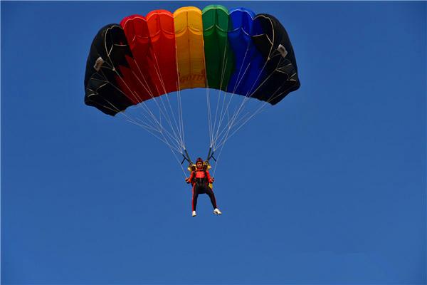 他们是御风飞翔的跳伞少年