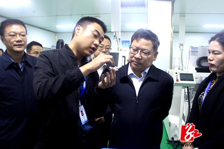 曹炯芳:抓住发展改革稳定民生党建五个重点 开创湘乡工作新局面
